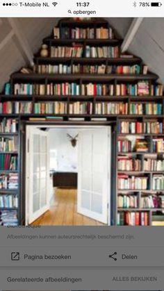 Geweldige plek voor je boeken met een mooi trapje erbij;)