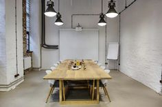 drewniany stol do sali konferencyjnej