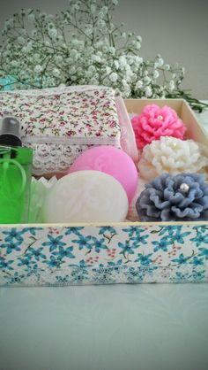 Nesta Caixa de MDF, Revestida no tecido Floral e a Tampa com Tecido de Coroa , eu misturei os Tons Florais.