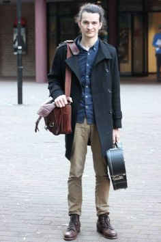 We love a pair of great leather boots or a practical satchel, whole outfit is throwing off great rock star vibes.