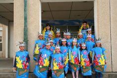 """Carnaval 2009 """" El mar"""" - Escola Llibertat - Les algues con bolsas azules de plástico.  http://www.multipapel.com/familia-material-para-disfraces-maquillaje-bolsas-de-color.htm"""