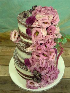 Precioso pastel naked con flores naturales en tonos malvas y rosados, personalizado para una boda