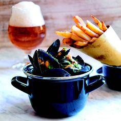 Cozze alla marinière con patatine fritte Frittata, Moscow Mule Mugs, Tableware, Calamari, Food, Menu, Entertaining, Gastronomia, Mayonnaise