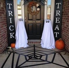 Reversible Trick and Treat Signs. Also Silent Night - 할로윈 장식 - Halloween Ideas Halloween Porch Decorations, Outdoor Christmas Decorations, Halloween Garland, Decoration Party, Outdoor Decor, Porche D'halloween, Halloween House, Outdoor Halloween, Halloween Ideas