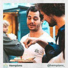 Hempions Gründer Daniel verwöhnt die Zuseher beim Sörf Film Fest 💁♂️ Als stolzer Partner dieses Outdoor Film Spektakels touren wir diesen Sommer zu den schönsten Seen in Österreich, Deutschland und Italien. Dort dürfen wir den Zusehern mit unseren Kostproben ein Lächeln ins Gesicht zaubern 😁 Foto: Miriam Joanna / Sörf Film Fest
