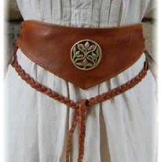 Cette élégante et originale ceinture médiévale possède une poche secrète munie d´une fermeture éclair, dissimulée à l´envers du cuir
