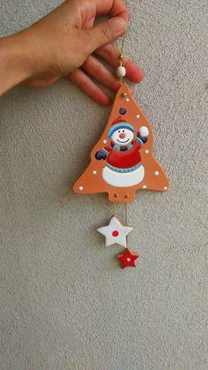 ceramica come mestiere: Decorazioni natalizie in ceramica cotto e smalto colorato. Simpatici pupazzi di neve.