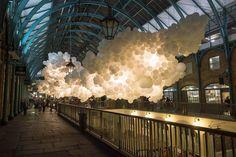 100.000 balões brancos iluminando o interior do Covent Garden