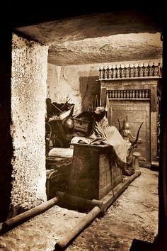 Dans la chambre du trésor de Toutankhamon, le dieu Anubis monte la garde.