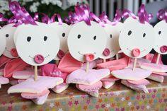 Originele kindertraktatie voor de kinderopvang voor geboorte zusje / meisje met ballon en spekjes. Of voor een kraamfeest. Makkelijk zelf te maken #diy #traktatie #geboorte #kraamfeest #idee Eid, Hanukkah, Birth, Sweets, Candy, Ballon, Crafts, Manualidades, Good Stocking Stuffers