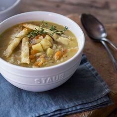 Der perfekte Seelenschmeichler: Der deftige Eintopf mit allerlei Gemüse, Käse und Kraut wärmt dich von innen auf.