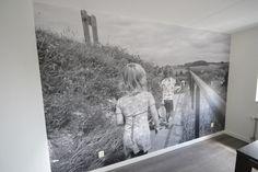 Plak met #artidecco de mooiste herinneringen aan de muur. Kies een leuke (zelf gemaakte) foto en neem vrijblijvend contact op met #Artidecco. Kijk op www.dbprojecten.nl of www.artidecco.nl #interior #interieur #design #wallpaper #decoration #behang  #styling #family #home #photowall #nature #natuur #familie #foto #inspiratie #decoratie #zwartwit