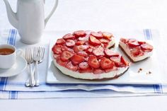 Een aardbeienhemel op een bodem van chocolate chip cookies, need we say more? - Recept - Allerhande