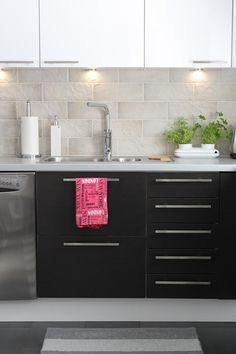 keittiö,moderni,skandinaavinen,tumma,vaalea,keittiön tasot,keittiön kaapit,musta,harmaa,harmonia,yrttiruukku