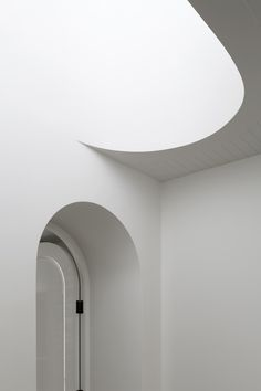 Arched door meets smooth curved stair cutout at Hopetoun Road Residence architecture design inspiration Detail Architecture, Minimal Architecture, Space Architecture, Concrete Architecture, Arch Interior, Interior Stairs, Minimalist Home Decor, Minimalist Interior, Architecture Religieuse