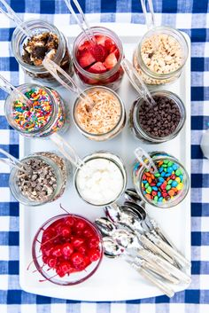 How to Host an Ice Cream Sundae Bar Summer is the perfect season to host an ice cream sundae bar. This how-to guide has all my best tips and ideas for throwing a backyard ice cream social! Ice Cream Cone Cake, Ice Cream Theme, Ice Cream Party, Cream Cake, Ice Cream Sundaes, Ice Cream Cups, Ice Cream Buffet, Sundae Toppings, Ice Cream Toppings