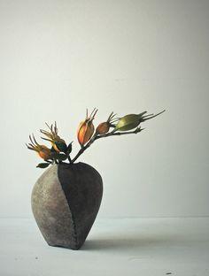 Ikebana Flower Arrangement, Ikebana Arrangements, Flower Arrangements Simple, Flower Vases, Flower Art, Ceramic Birds, Ceramic Art, Willow Tree Figures, Earth Craft