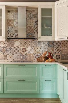 Кухня-гостиная. Кухонный гарнитур сделан в столярной мастерской по эскизам Натальи Кореневой. Бытовая техника, Neff и Bosh. Стены облицованы плиткой Amarcord, Del Conca.