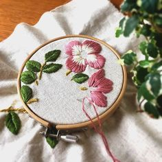 久々に4本取りの刺繍をしています✨ 葉っぱ一枚で一本使い切ってしまうので、刺繍糸がビュンビュンなくなります ・ #刺繍 #embroidery #broderie #刺しゅう #flower #ミンネ #minne #ファブリックボード#刺繍作家 #ファブリックパネル #花#ピンク#redflower #手仕事