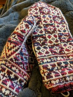 Ravelry: Abbotsbury Mittens pattern by Heather Desserud Crochet Gloves Pattern, Poncho Knitting Patterns, Mittens Pattern, Knit Mittens, Lace Knitting, Knitting Socks, Knitting Stitches, Knit Crochet, Knitted Hats