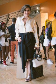Consuelo Blocker veste blusa e saia Animale Concept, sándalia e bolsa Corello #StreetStyle #SPFW