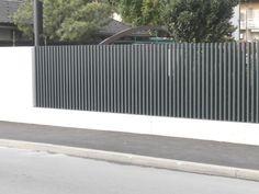 Kovinske ograje - alu panelne ograje in vrtna kovinska ograja Fence Stain, Pallet Fence, Fence Landscaping, Pool Fence, Concrete Fence, Bamboo Fence, Fence Styles, Fence Planters, Rustic Fence