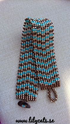 Sytt armband i tekniken Herringbone, japanska glaspärlor av hög kvalitet. Passar en handled på cirka 17 cm.