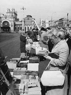 Книжный развал на площади Белорусского вокзала. 1960-е годы