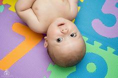 @ipecaramelo Ei, por que você tá de ponta cabeça? #fotografia #bebe #fotografiadebebe #photography #baby #babyboy