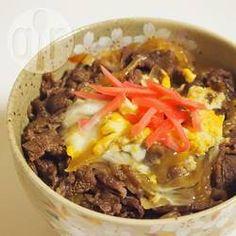 Een van de meest populaire rijstbowls uit Japan: Gyudon, dunne reepjes rundvlees gebakken in mirin, sojasaus en sake. De runderreepjes worden geserveerd met rijst, een zachtgekookt ei en ingemaakte gember.