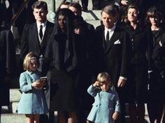 Em uma imagem que marcou a época, o filho de Kennedy, John Jr., faz reverência ao caixão do pai
