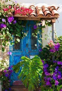Charme Rustique De La Vieille Porte Envahies De Plantes Exotiques Et De Feuilles De Palmier