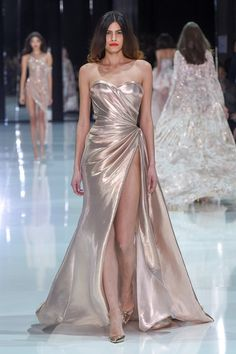 haute couture dress couture couture dresses couture kleider couture rose couture rules Ralph and Russo haute couture spring 2018 fashion show - Vogue Australia Haute Couture Dresses, Style Couture, Haute Couture Fashion, Ralph & Russo, Spring Couture, Couture Week, Couture Ideas, Collection Couture, Fashion Show Collection