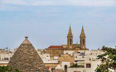 Alberobello kenti, Trulli başkenti olarak biliniyor ve şehrin meydanından durup da ilginç trulli evlerinin olduğu yere baktığınızda tarihe yolculuğa çıkıyorsunuz sanki. Güney İtalya'nın en az bilinen ancak en değerli yerlerinden Itria Vadisi'ndeki en ünlü kasabalardan birisi Alberobello, sahip olduğu 1,500'den fazla turilli eviyle turistlerin gözdesi. #Maximiles #Alberobello #İtalya #Italy
