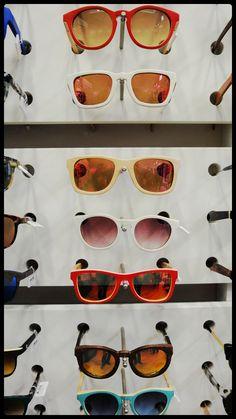 Las monturas de madera son tendencia. En Óptica Capitol puedes descubrir los últimos modelos de las principales firmas como Palens: Wood Sunglasses o Woodys Barcelona...