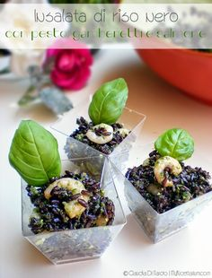 Insalata di riso nero con pesto, gamberetti e salmone ๏~✿✿✿~☼๏♥๏花✨✿写❁~⊱✿ღ~❥ FR Jul ~♥⛩☮️ Party Finger Foods, Finger Food Appetizers, Appetizer Recipes, Antipasto, Tapas, Fingers Food, Southern Cooking Recipes, Sushi Party, Black Food