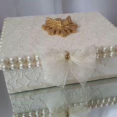 Lembrança perfeita para o batizado do seu bebê! Caixa para Madrinha, decorada com Divino Espírito Santo, toda recoberta em renda pérola. Sachê perfumado com mini terço e água benta. Um verdadeiro luxo! #lembrancinhabatizado #lembrancacrisma #lembrancabatismo #lembrancinhanascimento #lembrancinhapersonalizada #lembracinhamaternidade #caixadivinoespirítosanto #caixadecorada #caixabatizado #caixalembrancinha #caixalembrançabatizado #batizadodecor #decoracaobebe #decoracoapersonalizada…