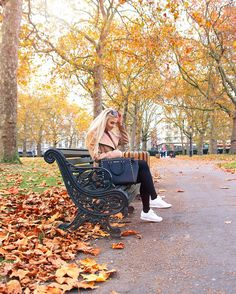 Going through pictures from my weekend in London and sharing my favorites on the blog tomorrow. Gosh, I love these colors! 🍁 #london #autumnleaves by @johannaturpeinen