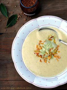 Chili und Ciabatta: Selleriecremesuppe mit Koriandersahne und scharfen Kartoffelwürfeln
