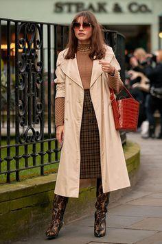 Attendees at London Fashion Week Fall 2020 - Street Fashion Copenhagen Street Style, New York Street Style, Autumn Street Style, London Street, Street Chic, New Fashion Trends, Fashion Week, London Fashion, Jeans Fashion