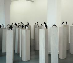 Stephan Balkenhol. 57 Pinguine, 1991. Zwischen 130 und 160cm, Wawaholz, farbig gefasst. Museum für Moderne Kunst, Frankfurt am Main, © VG BILD KUNST, Bonn.