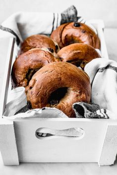 Cinnamon raisin bagels are my favourite recipe to make at home and I always have them for breakfast with the unforgivable side of cream cheese. Cinnamon Raisin Bagel, Raisin Sec, Bagels, Food To Make, Cravings, Delish, Food And Drink, Favorite Recipes, Bread