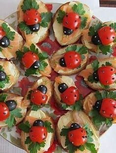 Base is made up of sliced bagettes, cream cheese, smoked salmon and flat leafed parsley. Lady-birds (or Lady-bugs) are cherry tomatoes and black olives. Bug Snacks, Snacks Für Party, Cute Food, Good Food, Book Club Snacks, Kreative Snacks, Food Garnishes, Food Platters, Food Decoration
