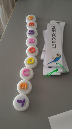 Voici mon activité de l'après-midi : reconstituer des mots. Pour fabriquer les lettres mobiles, ils suffit de bouchons d'eau, et de gom... Montessori Activities, Fun Activities For Kids, Preschool Activities, Alphabet Activities, Play To Learn, Learn To Read, Primary School, Pre School, Teaching Boys