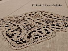 Corsia in lino bisso con applicazioni in pizzo cantù a forma di medaglioni