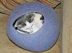 Balloons, a tumble dryer and a palm sander are some of the unusual tools utilized to make this delightful wet felted cat cave. A step by step, free tutorial for the more advanced felt maker.