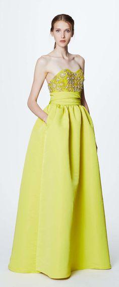 robe de bal jaune princesse empire orné de bijoux bustier coeur