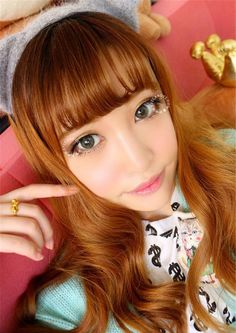 Ulzzang wearing NEO Lucky Clover Green colored contact lenses