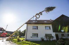 Eine Unwetterfront zog über den Südwesten – in Schwäbisch Gmünd stürzte ein Maibaum auf ein Haus. Das Unwetter ließ auch Keller und Straßen zum Beispiel in Nürtingen im Kreis Esslingen vollaufen. Unsere Bildergalerie zeigt die Aufräumarbeiten der Feuerwehr. Foto: 7aktuell.de/Adomat