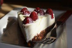 Cheesecake cu crema fina de ciocolata alba si zmeura Cheesecake, Desserts, Food, Tailgate Desserts, Deserts, Cheese Cakes, Eten, Postres, Dessert